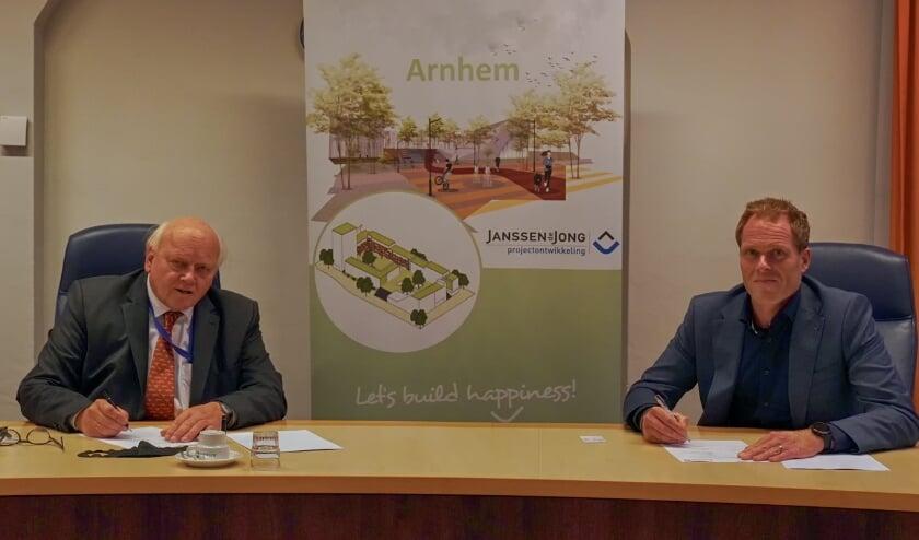 <p>De intentieovereenkomst wordt ondertekend door wethouder Hans de Vroome (links) van gemeente Arnhem en Mark van Doorn, algemeen directeur Janssen de Jong Projectontwikkeling.</p>