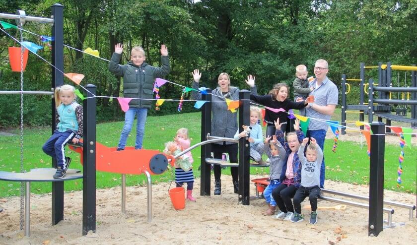 <p>De initiatiefnemers van de vernieuwing in de Prins Bernhardstraat, Marieke Willemsen-Vermeulen en Pascal Sessink, samen met buurtkinderen bij een van de nieuwe speeltoestellen.</p>