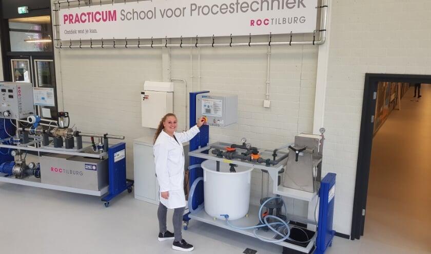 <p>Vierdejaars student procestechniek Nikki de Laat in de nieuw ingerichte practicumzaal van de School voor Procestechniek op Stappegoor. Straks wordt daar frisdrank geproduceerd.&nbsp;</p>