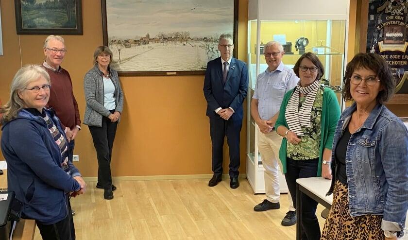 <p>Wethouder Herman van Wiggen en een afvaardiging van VOL bij de bijeenkomst in De Brede Vaart. (Foto; Janneke Severs-Hilgeman)</p>