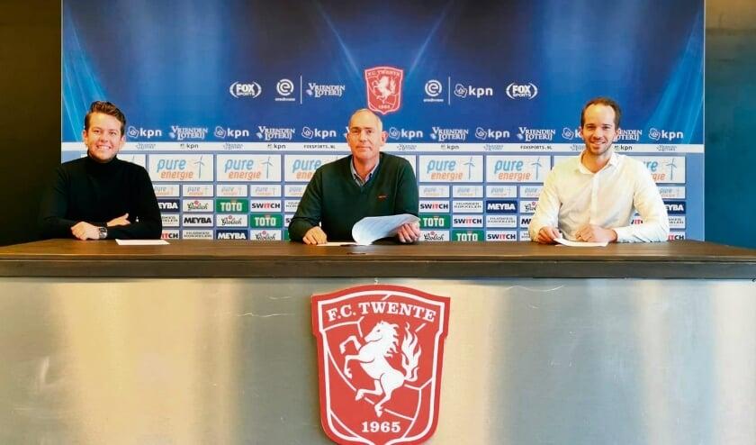 <p>V.l.n.r. Jeroen Bos (FC Twente) en Matthijs ten Thije en Robert Smit (Boxspring Slaapcomfort), (Foto: Boxspring Slaapcomfort)&nbsp;</p><p><br></p>
