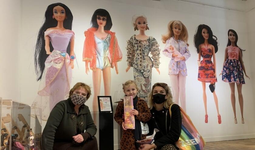 <p>Directeur Sigrid Ivo van Stadsmuseum Almelo verrast 1000ste Barbiebezoeker moeder en dochter Babtist . </p>