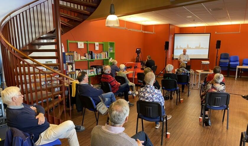 <p>Tijdens deze themaochtend met oud-kaashandelaar Jos van Riet vervulden camera en geluid een belangrijke rol. Terug te zien op YouTube. (Foto: Janneke Severs-Hilgeman)</p>