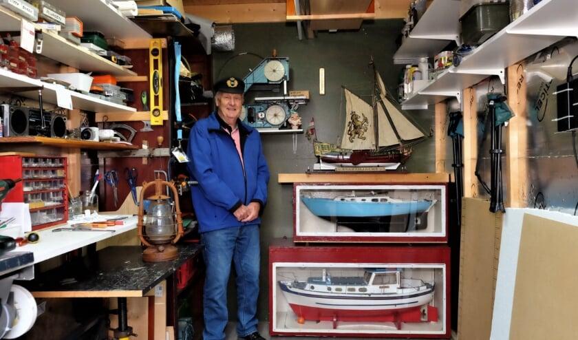 <p>Alex van Viegen in zijn hobbyruimte waar hij prachtige boten weet te maken. (Foto: Jan van den Brink)</p>