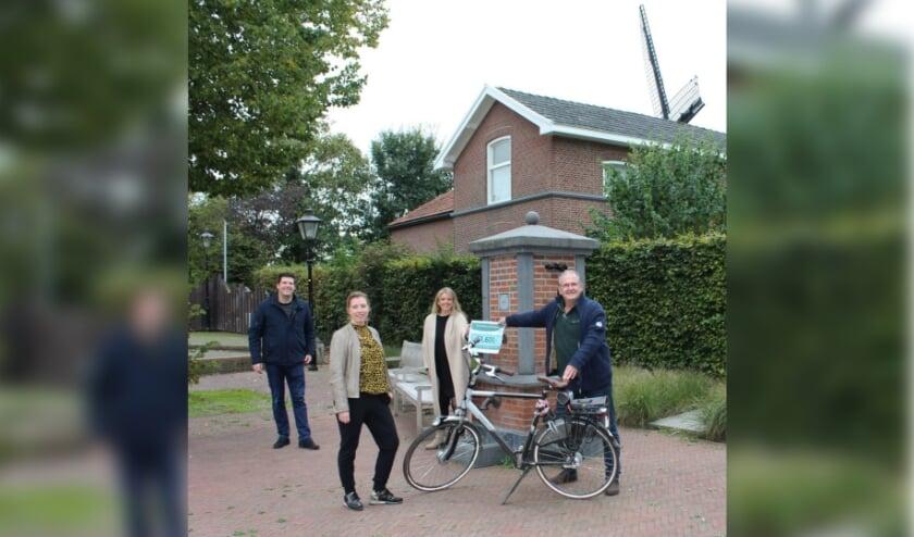 Vlnr: Rob Meijer, Nicole Ketelaar en Marloes Ketelaar van de Stichting Femke Beats Lyme en Peter Ketelaar.