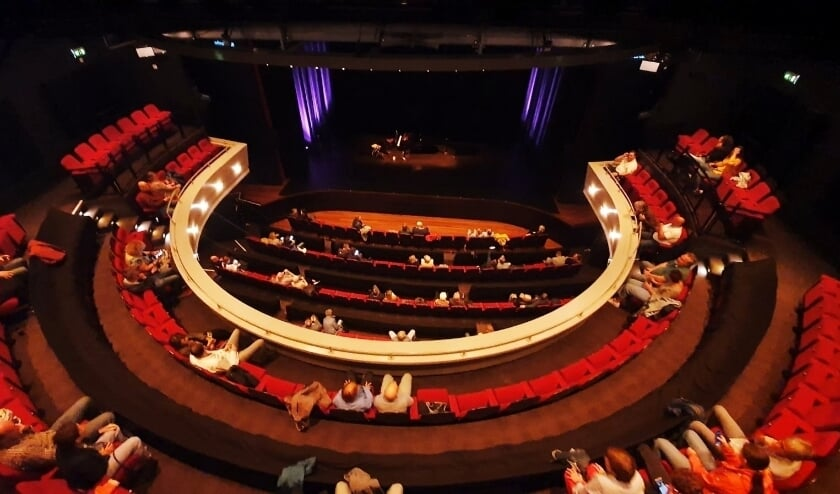<p>De ontheffing zorgt ervoor dat de grote zaal van het Isala Theater weer uitverkocht mag zijn, op anderhalve meter afstand dan.</p>
