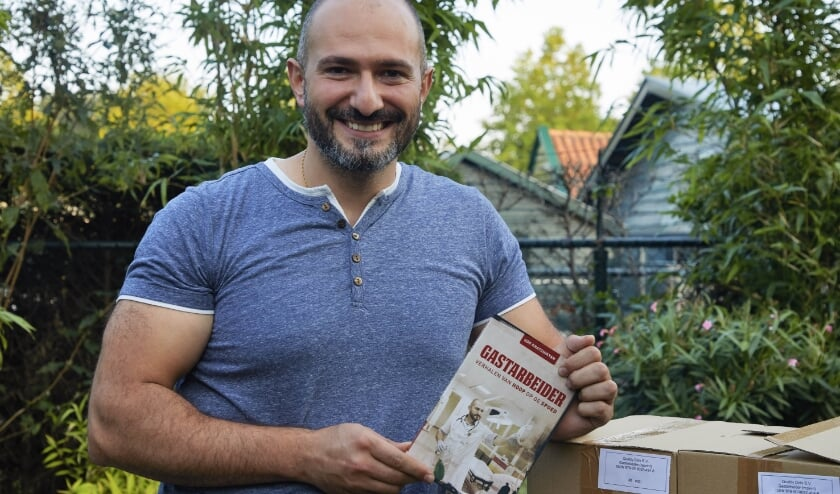 <p>Gor Khatchikyan, arts op spoedeisende hulp &eacute;n evangelist met zijn boek &#39;Gastarbeider&#39;.&nbsp;</p>