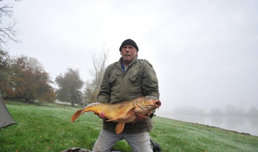 <p>Tino Leffering met zijn enorme buit aan de Rijn. Foto: gertbudding.nl&nbsp;</p>