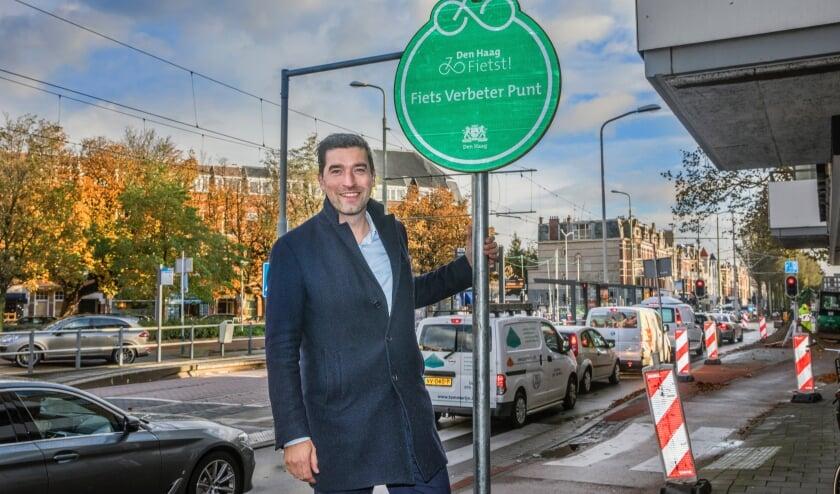 <p>Wethouder Robert van Asten onthult het bord dat aangeeft dat er wordt gewerkt aan het vergroten van de veiligheid van de fietser.</p>