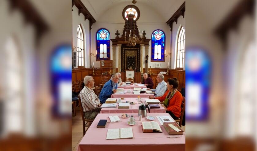 <p>De bijeenkomst van de studiegroep Hebreeuws gaat door. Foto: Chris Hoogendoorn</p>