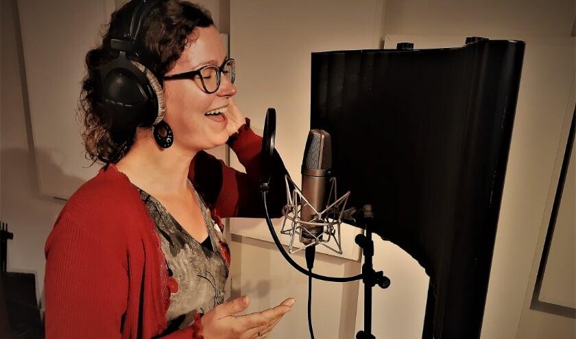 Marjon Revet aan het zingen in de studio