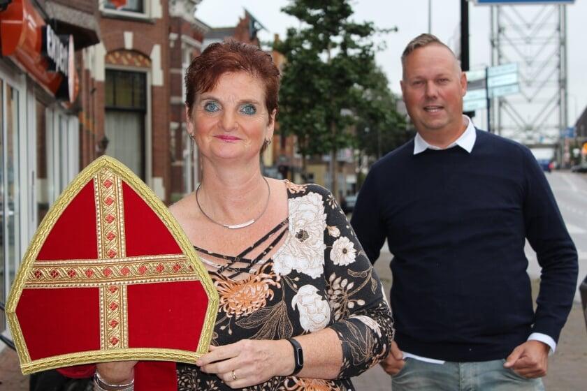 <p>Conny Groenendijk, met de gewassen en gestreken reservemijter, en Jan-Willem van der Loo hebben alles geprobeerd: &quot;Intocht is echt niet te doen.&quot; FOTO: Morvenna Goudkade</p>