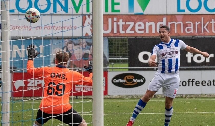 <p>Een van de aanvallers van FC Lienden doeltreffend tegen EMM. (Foto: Wim Brouwers)</p>