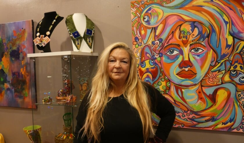 <p>Zippora Meijer in haar galerie met een aantal van haar kunstwerken.&nbsp;</p>