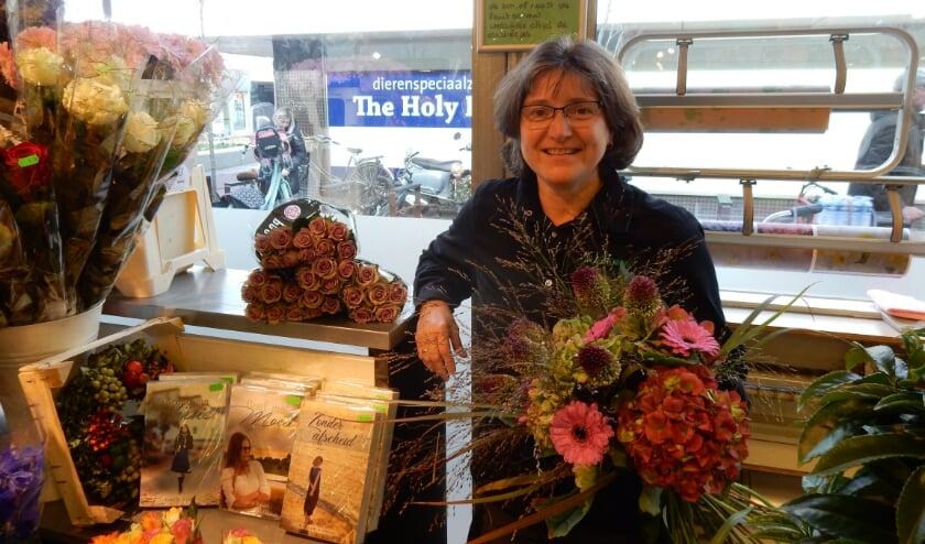 <p>Gabi de Ridder-Rose is druk in de weer in haar bloemenhoek in De Loper. (Foto: Nathalie Heskes)</p>