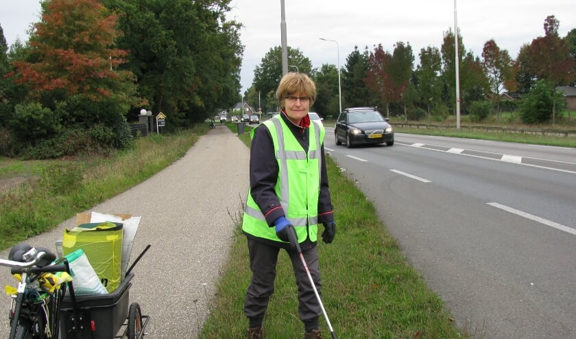 <p>Anneke Schuiling van Team Clean Veenendaal houdt vrijwillig de omgeving school. (Foto&#39;s: Gertjan van Capellen)</p>