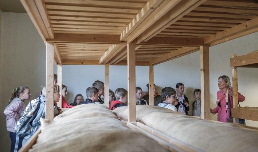 <p>Grote groepen kinderen kwamen afgelopen tijd niet meer naar Nationaal Museum Kamp Vught, maar langzaamaan beginnen de basisscholen weer te komen.</p>