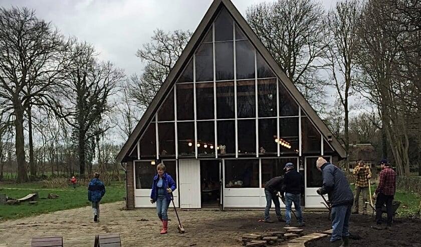 <p>Renovatie van het 50 jaar oude gebouw is noodzakelijk. Tweede van links: Judith van der Lee. Foto: Het Vogelnest</p>
