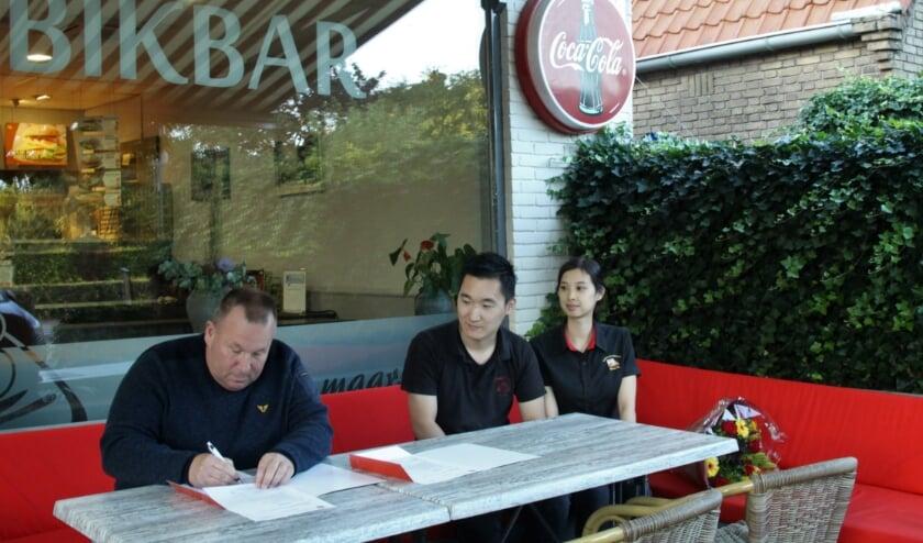 Penningmeester Martin de Wit ondertekent het contract