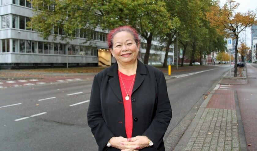 <p>Susan Singodikromo komt na 45 jaar weer in Den Haag wonen (Foto: Peter van Zetten).&nbsp;&nbsp;</p>