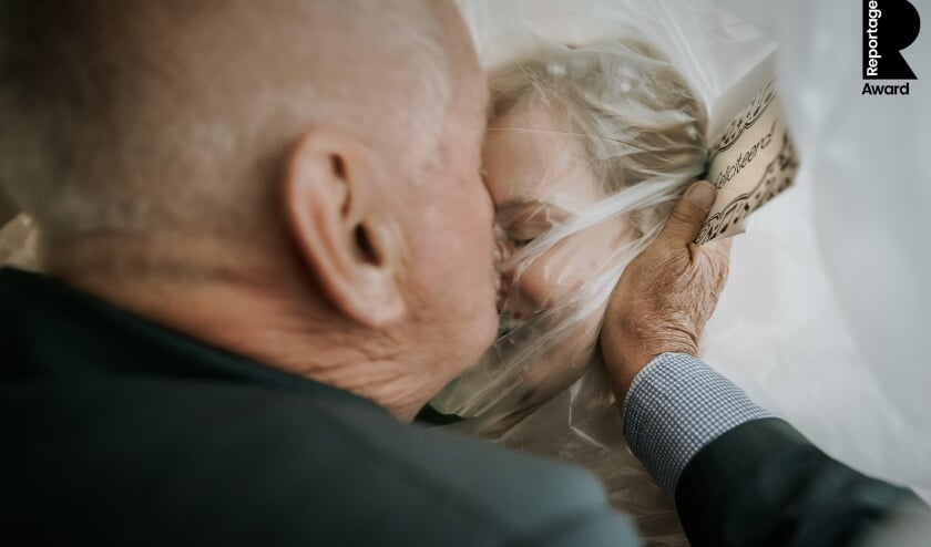 Freya en opa knuffelen door een knuffelcondoom.