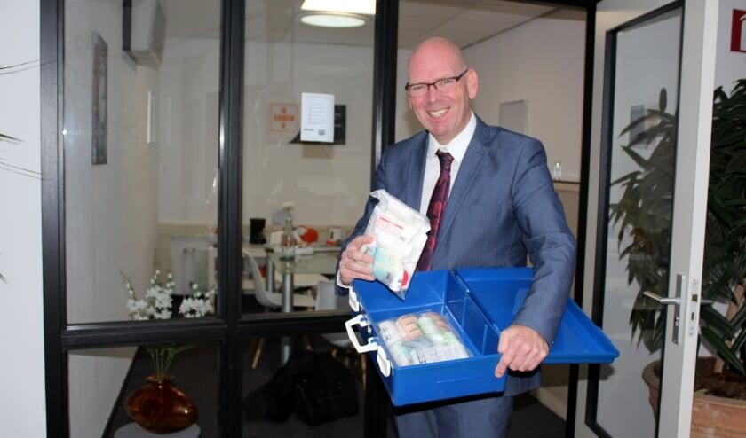 <p>Martin Eelderink heeft ook een verbandtrommel op kantoor, maar de jobcoach biedt vooral eerste hulp bij solliciteren. FOTO: Morvenna Goudkade</p>