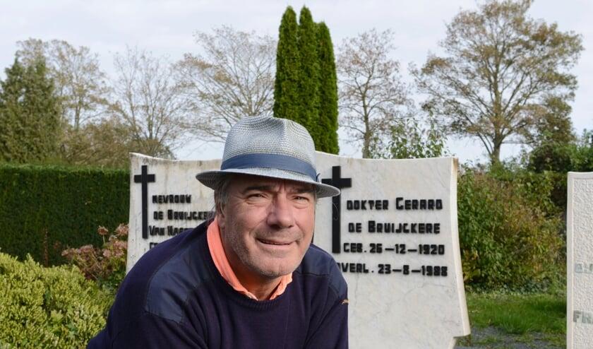 <p>Geert de Bruijckere bij de graven van zijn ouders en broer in Oostburg. Zijn vader, die huisarts in Oostburg was, zou dit jaar 100 worden.</p><p><br></p>