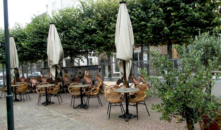 <p>Het is een triest gezicht. De parasols blijven dicht, restaurants en &nbsp;terrassen leeg.... De horeca zit op slot. (Foto: Leo Polhuijs)</p>