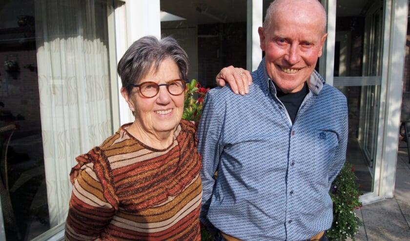 Riek en Adriaan samen achter hun woning aan het Herderstasje in Hapert