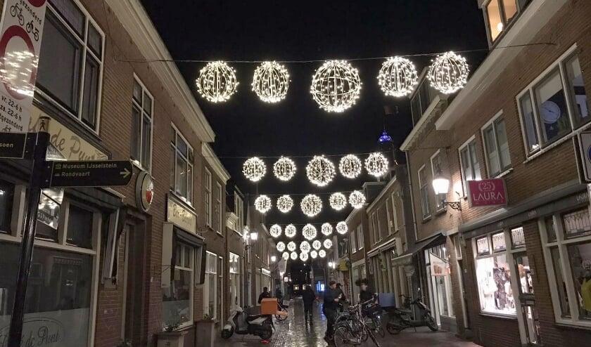 <p>Velen hebben extra behoefte aan een lichtpuntje en gezelligheid. Daarom hebben de ondernemers in de binnenstad de feestverlichting iets eerder dan andere jaren laten ophangen. (Foto: Lysette Verwegen)</p>