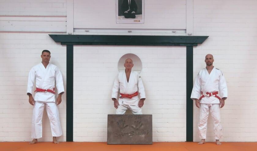 <p>(van links naar rechts) Mark Huizinga,(7e dan), Chris de Korte (9e dan) met de tegel, en Mark van der Ham (6e dan)</p>