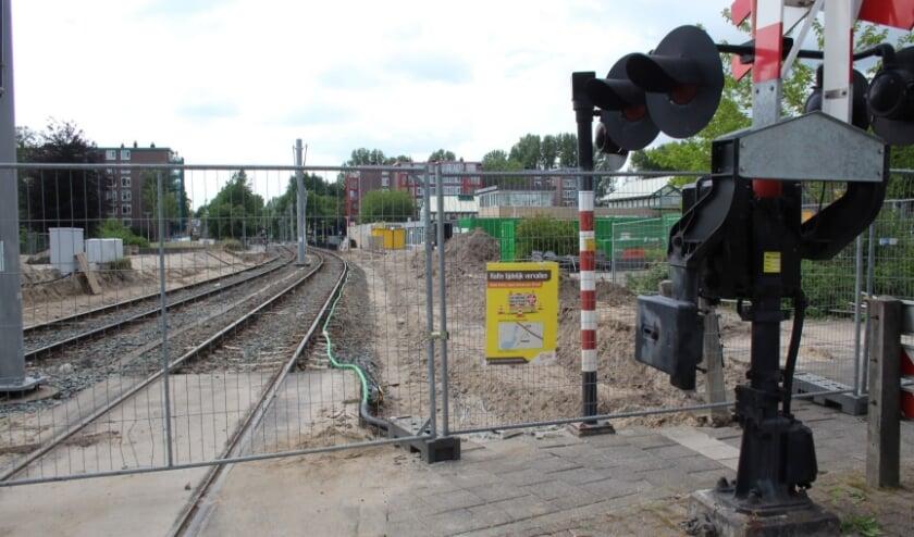 <p>Op 29 mei reed de laatste tram nog over de IJsselsteinse rails. Sindsdien is er heel veel werk verzet. Maar de nieuwe tram rijdt nog steeds niet.</p>