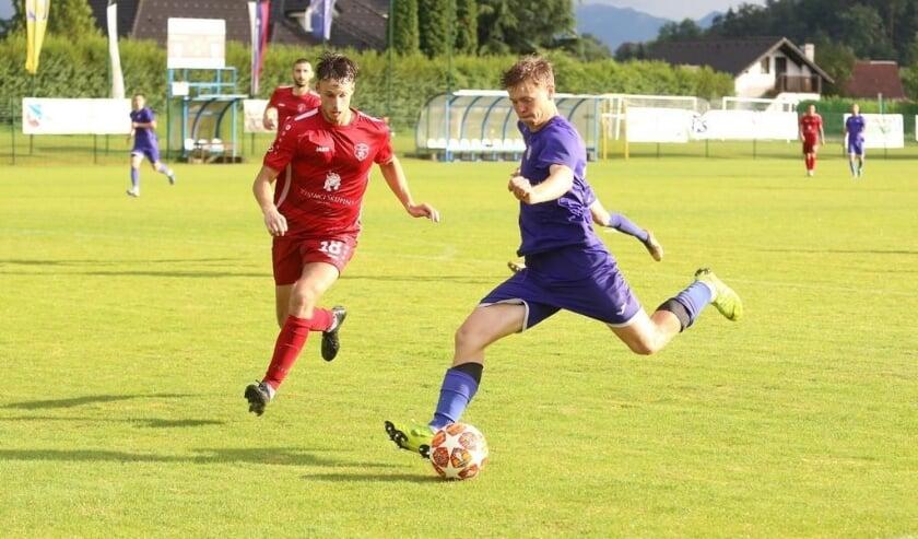 <p>Jur Driessen (rechts) in actie voor zijn club NK Fuzinar dat uitkomt op het tweede niveau in Slovenië.</p>