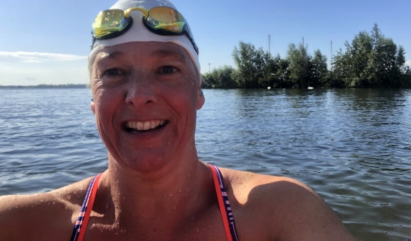 <p>Bikkel Iris van Aurich zwemt nog wekelijks in het Veluwemeer.&nbsp;</p>