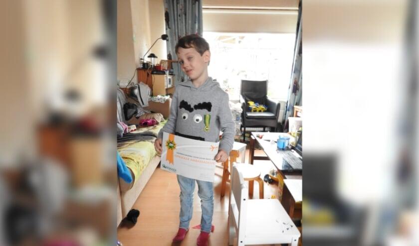 <p>Tindra van 6 jaar uit Harderwijk mocht afgelopen zaterdag 24 oktober een speciale onderscheiding in ontvangst nemen.</p>