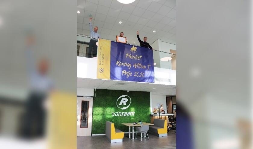 <p>Jan-Willem Boezel, Marjolein Boezel en Ronald Ruesink met de finalisten-vlag. </p>