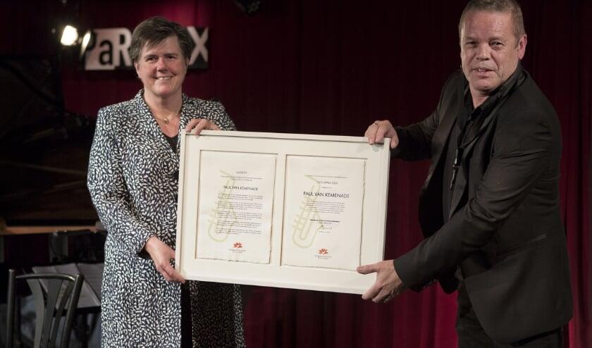 <p>De uitreiking van de Noord-Brabant Cultuurprijs 2020 aan altsaxofonist Paul van Kemenade op 5 oktober in jazzpodium Paradox te Tilburg. Links de commissaris van de Koning Ina Adema.&nbsp;</p>