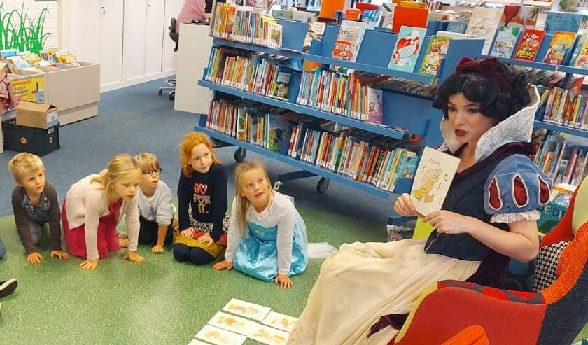 <p>Aan de hand van verschillende sprookjesboeken oefenden kinderen van vier tot en met zes jaar met prinses Chayenne de Theije in drie workshops op een speelse manier met verschillende theatervormen.</p>
