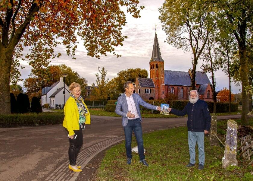 <p>Schrijver Paul van Mook, wethouder Rutger van Stappershoef en Joke van Vrouwerff, voorzitter Stichting Kunst en Cultuur West Betuwe. (foto: &nbsp;Betuwefotograaf.nl/Marinus de keijzer)</p>