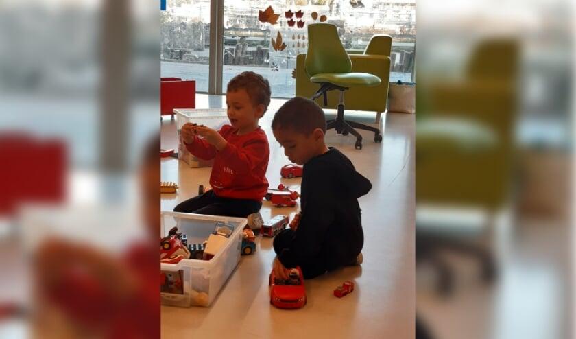 <p>Twee jongens, &eacute;&eacute;n van peuteropvang de Veldmuis en de ander van peuteropvang Waterwin, spelen samen bij de vakantieopvang. Eigen foto</p>