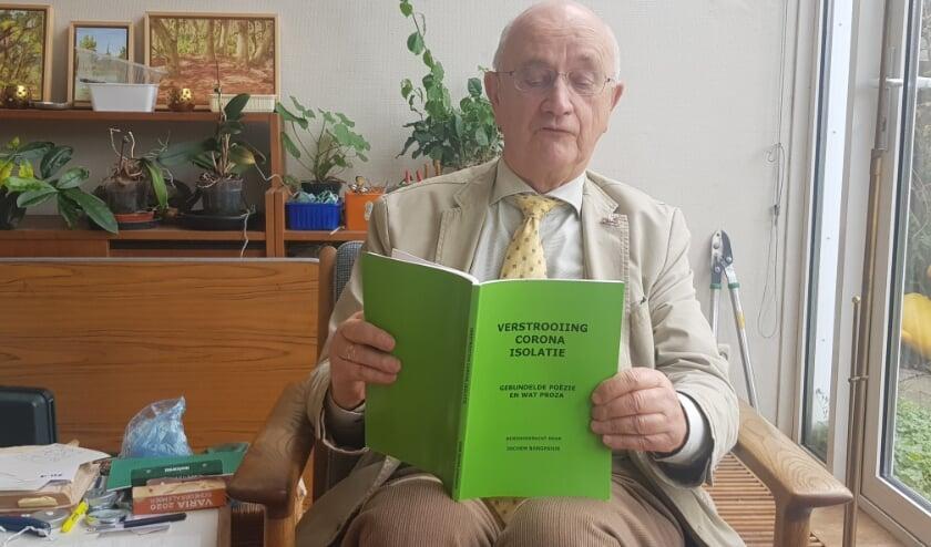 <p>Jochem Borgesius draagt een gedicht voor uit zijn bundel van Goethe: 'Himmelhochjauchzend, zum Tode betrübt'. (foto: Kees Stap)</p>