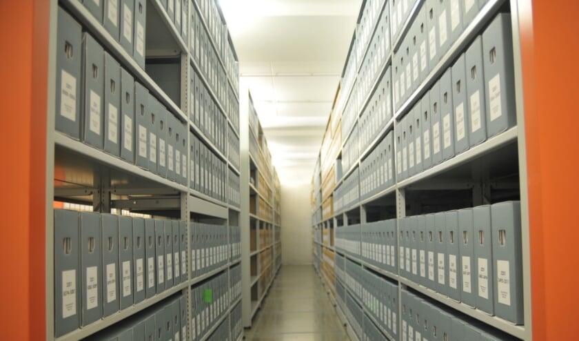 rijen dozen met notariële akten in een depot bij het RAR