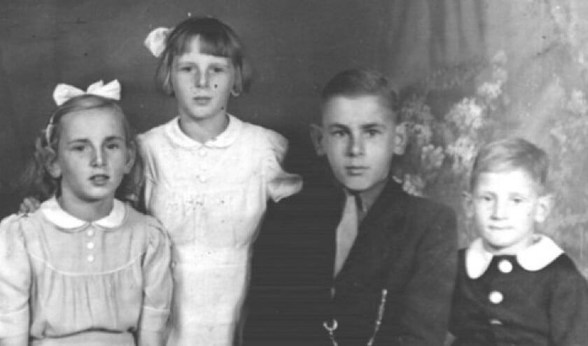 <p>De kinderen Sjaan, Annie, Jan (hij verbleef elders) en Kees.</p>