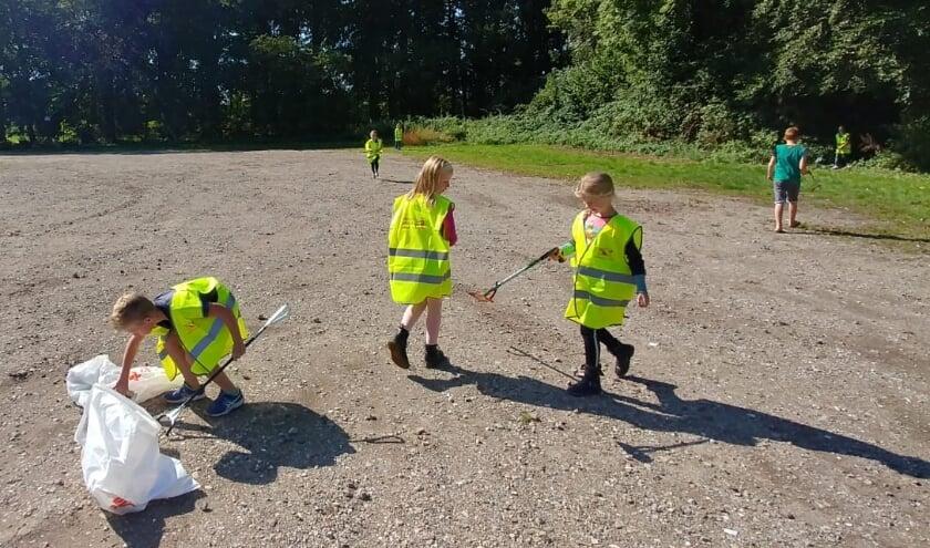<p>De kinderen vonden het erg leuk om te doen. Ze zagen dat je, als je samenwerkt, in korte tijd veel vuil kunt verzamelen. Eigen foto</p>
