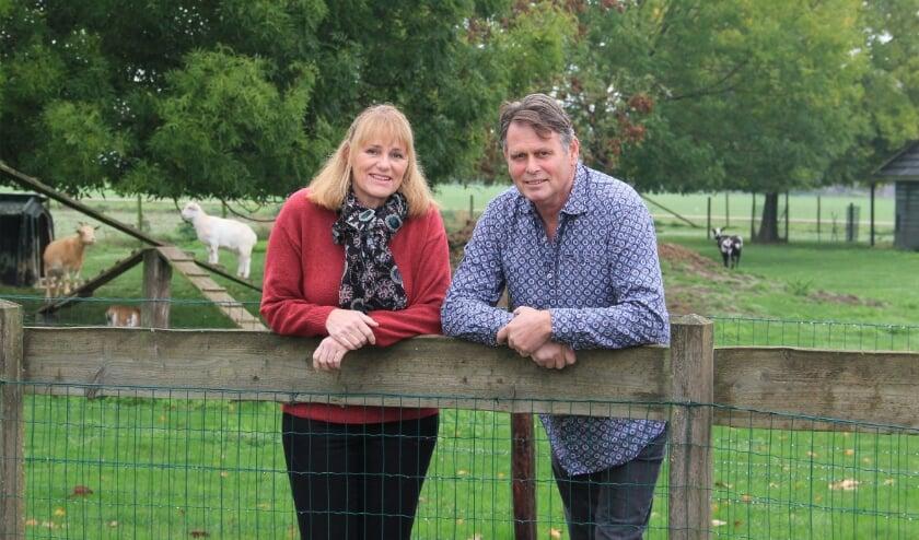 <p>Ben en Charlotte van Schaik in het weiland bij Zorgboerderij De Ooijsebrug in Groessen.</p>