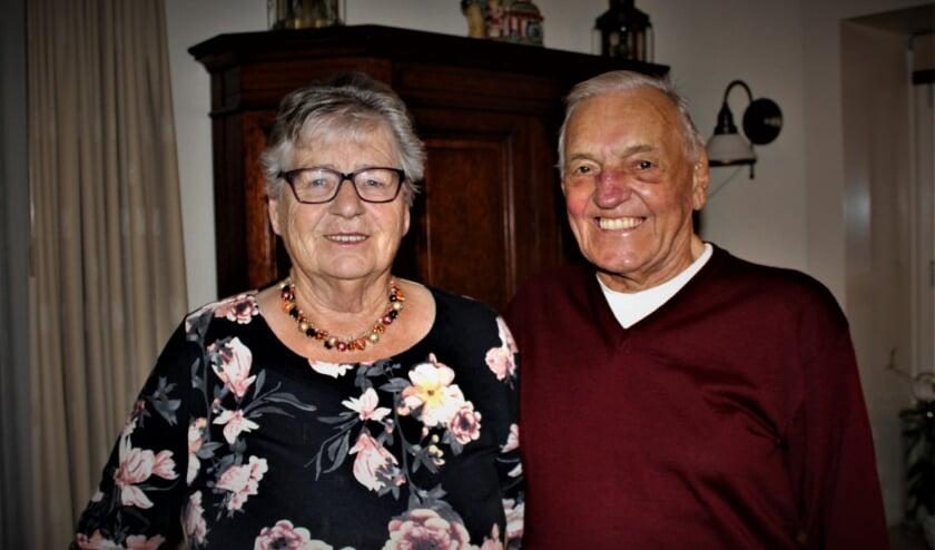 <p>Annie Janssen-Houdijk (80) en Piet Janssen (88) moeten hun diamanten bruiloft deze week noodgedwongen in kleine kring vieren. Foto: Dick Janssen</p>