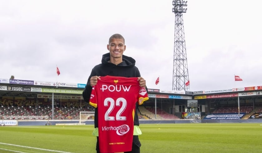 <p>&nbsp;Julliani Eersteling tekende in De Adelaarshorst zijn eerste profcontract: 'Ik wil bij Go Ahead Eagles het uiterste uit mezelf halen.' (Foto: Erik Pasman)&nbsp;</p>