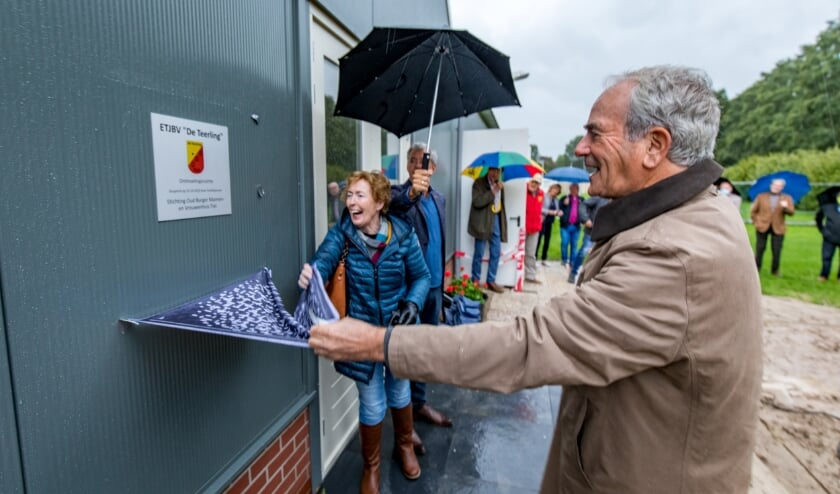 Onthulling van de plaquette door Frits van Es en Joke Sewalt van de Stichting Oud Burger Mannen- en Vrouwenhuis  Tiel