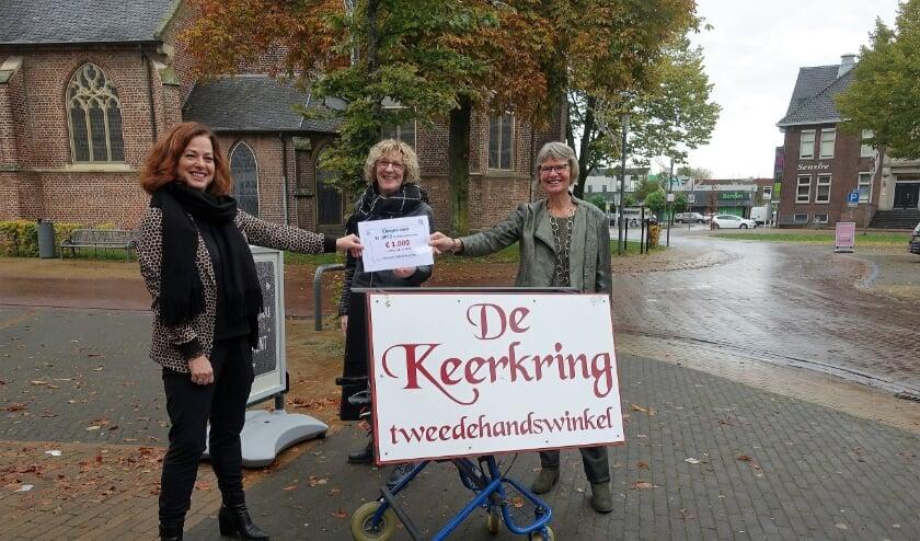 Ria Gesink van de Keerkring overhandigt de cheque aan Vera Koning (l.) en aan Janette Alink (r) van VPTZ