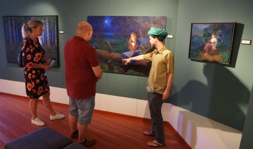 <p>Daniel Douglas geeft een toelichting op zijn werk aan bezoekers van Voerman Museum Hattem.</p>